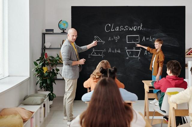 guru sedang mengajarkan gradien